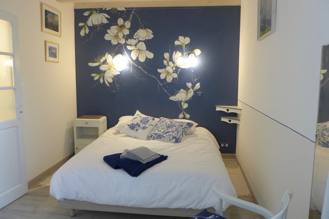 Décor painted on the deep blue wall of the bedroom en suite, with big white flowers of cherry tree. acrylic technic