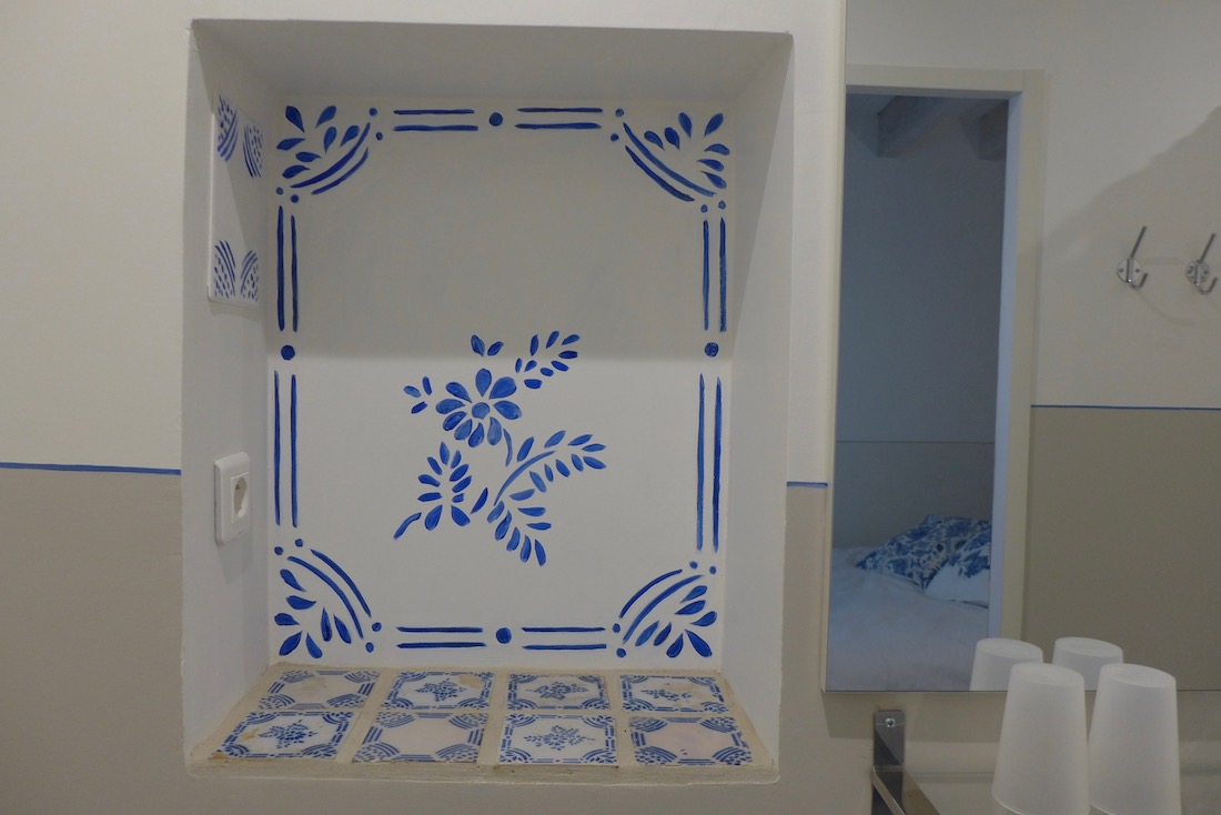décor painted on a wall of the bathroom of the bedroom en suite. acrylic technic