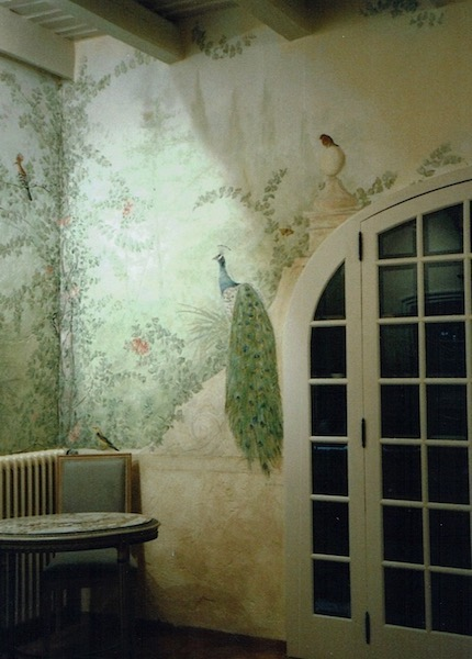 "Décor painted on walls bedroom as ""a fresco"" with acrylic technic. Birds in the garden are the theme"